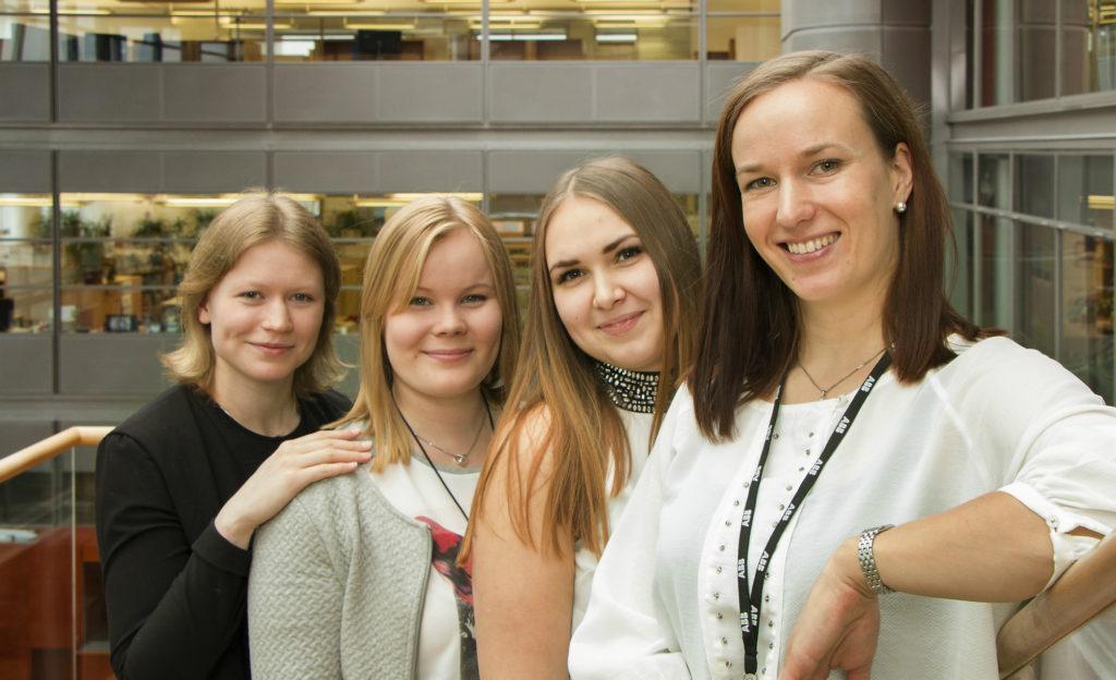 Annimari, Tiia ja Jenny kertovat, miksi kannattaa hakea tekniikan alalle. Kuvassa myös Heidi Pääkkönen..